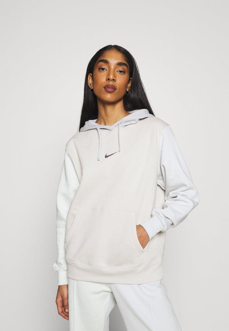 Nike Sportswear - HOODIE - Sudadera - light bone