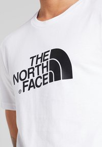 The North Face - EASY TEE SUMMIT GOLD - T-shirts med print - white - 5