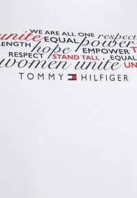 Tommy Hilfiger Curve - TEE REGULAR WOMEN UNITE - Print T-shirt - optic white - 4