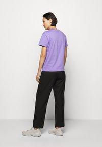 Holzweiler - SUZANA - Print T-shirt - purple - 2
