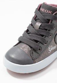 Geox - KILWI GIRLI - Sneakersy wysokie - dark grey - 5
