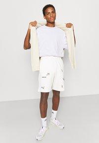 adidas Originals - FLORAL UNISEX - Shorts - off-white - 3
