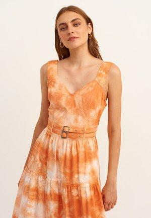 MIT ANGESAGTER BATIK MUSTERUNG - Day dress - begonia