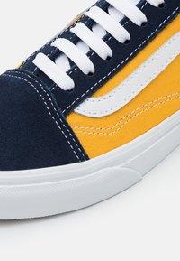 Vans - OLD SKOOL UNISEX - Trainers - dress blues/saffron - 5