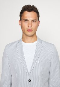 Selected Homme - SLHSLIM YONG WHITE STRIPE SUIT - Oblek - white/blue - 6