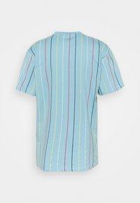 Karl Kani - SIGNATURE PINSTRIPE TEE UNISEX - Print T-shirt - light blue - 1