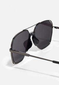 Urban Classics - KARPHATOS WITH CHAIN UNISEX - Sunglasses - gunmetal/black - 2