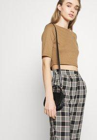 Fashion Union - JODI - T-shirts med print - brown - 3