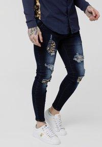 SIKSILK - LOW RISE DISTRESSED BURST KNEE - Jeans Skinny Fit - dark blue wash - 4