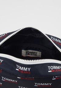 Tommy Jeans - TJM COOL CITY WASHBAG NYL PNT - Accessorio da viaggio - white - 4