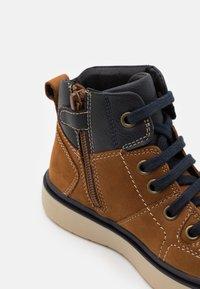 Geox - RIDDOCK BOY WPF - Šněrovací kotníkové boty - brown/navy - 5