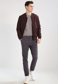 Jack & Jones - JJIMARCO JJENZO - Kangashousut - dark grey - 1