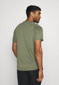 Nike Performance - RISE TRAIL - Camiseta estampada - medium olive/barely volt - 2