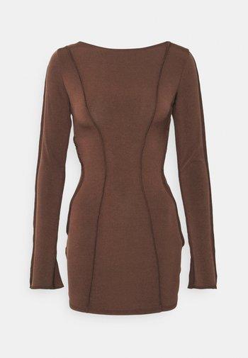 SEAMS DREAMS DRESS - Vestito di maglina - brown