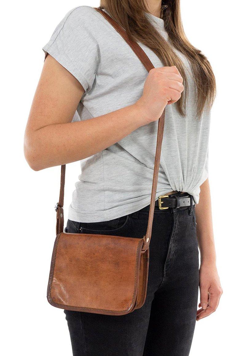 Gusti Leder - KLEINE SUMMER S - Across body bag - braun