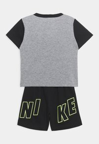 Nike Sportswear - COLOR BLOCKED SET UNISEX - Tepláková souprava - black - 1