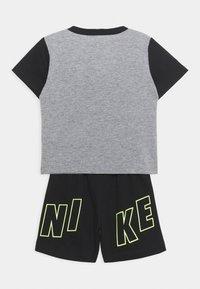 Nike Sportswear - COLOR BLOCKED SET UNISEX - Trainingspak - black - 1