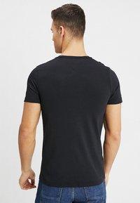 Tommy Hilfiger - LOGO TEE - T-shirt z nadrukiem - black - 2
