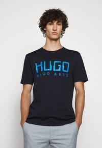 HUGO - DOLIVE - Print T-shirt - dark blue - 0