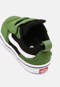 Vans - COMFYCUSH NEW SKOOL UNISEX - Skateschoenen - cactus/black - 4