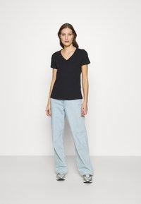 Casa Amuk - V NECK TEE - T-shirts - midnight - 1