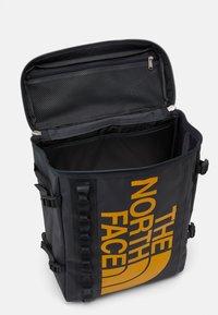 The North Face - BASE CAMP FUSE BOX UNISEX - Ryggsekk - asphalt grey/summit gold - 2