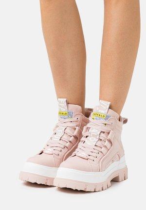 VEGAN ASPHA MID - Platform ankle boots - rose