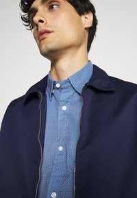 Tommy Hilfiger - FLEX GEO FLORAL PRINT REGULAR FIT - Shirt - copenhagen blue/white/ yale navy - 4