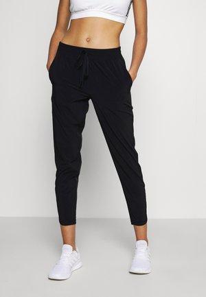 TAPERED PANT - Pantaloni sportivi - true black