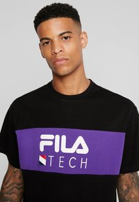 Fila - RENZ HEAVY TEE - T-shirt med print - black/tillandsia purple - 4