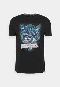 SAVAGE WOLF TEE - Printtipaita - black