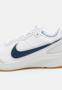Nike Performance - VARSITY UNISEX - Hardloopschoenen neutraal - white/midnight navy/photon dust/summit white - 5