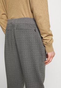 Abercrombie & Fitch - HOUNDSTOOTH STRETCH TERRY - Trousers - grey - 3