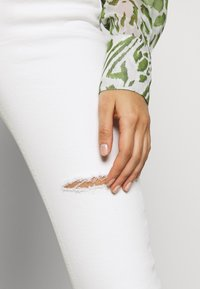 Topshop - THIGH RIP JAMIE  - Jeans Skinny Fit - white - 3
