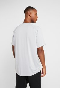 Under Armour - T-shirt med print - mod gray/halo gray - 2
