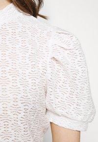 Pieces - PCGLORIA - Print T-shirt - cloud dancer - 4