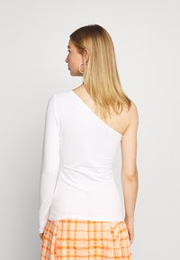 Nly by Nelly - ONE SLEEVE - Long sleeved top - white - 2