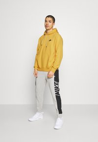 Nike Sportswear - HOODIE - Hættetrøjer - solar flare/smoke grey - 1