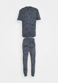 Common Kollectiv - ESSENSTIALS TIE DYE TRACKSUIT UNISEX - Print T-shirt - black - 1
