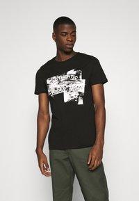 Jack & Jones - JJDEN TEE CREW NECK - Print T-shirt - black - 0