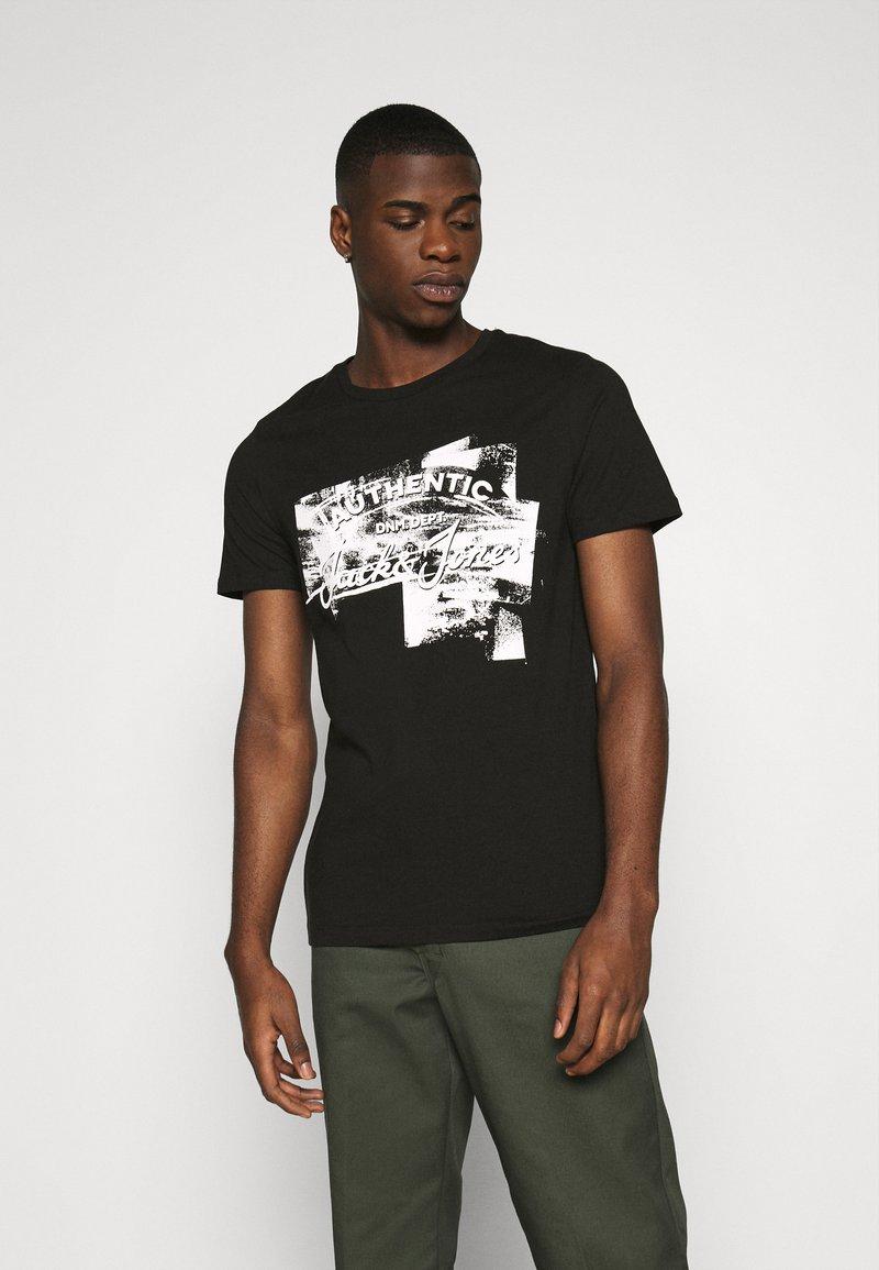 Jack & Jones - JJDEN TEE CREW NECK - Print T-shirt - black