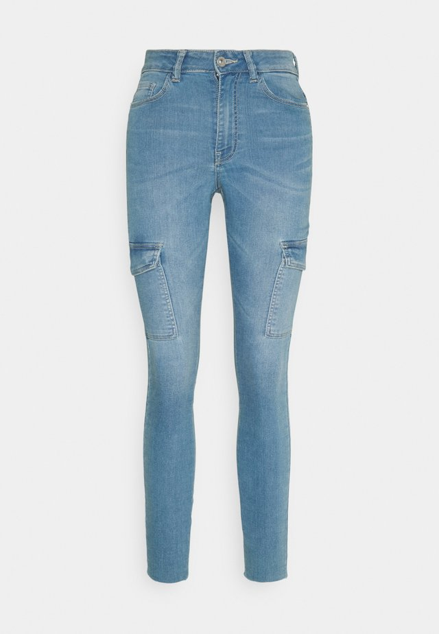 JDYNIKKI LIFE HIGH ANKLE - Vaqueros pitillo - light blue denim