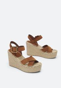 Uterqüe - LEDERSANDALEN AUS RAULEDER MIT KEILABSATZ AUS JUTE 15707580 - High heeled sandals - brown - 1
