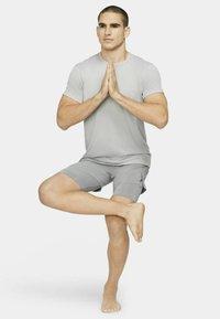 Nike Performance - ACTIVE YOGA - Sportovní kraťasy - particle grey/black - 1