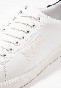 Versace Jeans Couture - LINEA FONDO BRAD DIS 2 - Sneakers basse - white - 5