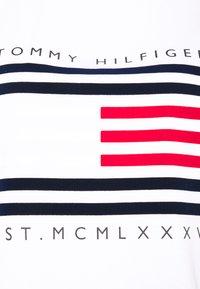Tommy Hilfiger Curve - REGULAR FLAG STRIPE TEE - Print T-shirt - white - 2