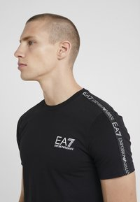 EA7 Emporio Armani - SIDE TAPE - Print T-shirt - black - 4
