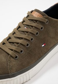 Tommy Hilfiger - ESSENTIAL - Sneaker low - green - 5