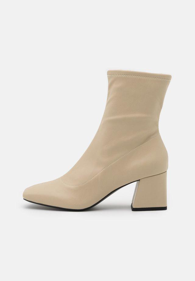 VEGAN LEIA BOOT - Kotníkové boty - beige