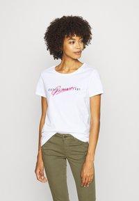 Guess - GENZIANA TEE - Print T-shirt - true white - 0